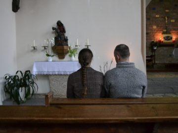 Zwei Personen vor einer Pietà