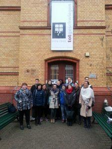 Gruppe vor Ausstellungsgebäude