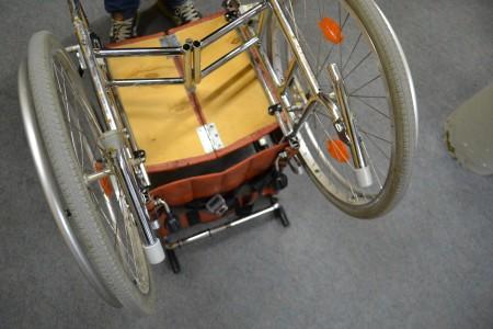 Ein Rollstuhl steht auf dem Kopf.