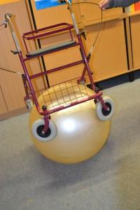 Rollator steht auf einem Ball