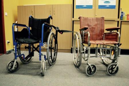 2 Rollstühle, die verbunden sind
