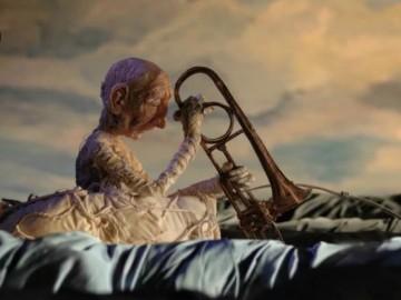 """Stop-Motion-Animation mit Senior auf dem Meer mit Trompete in der Hand. Szene aus dem Film """"Undone"""""""