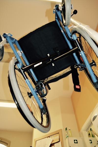 Ein Rollstuhl hängt in der Luft.