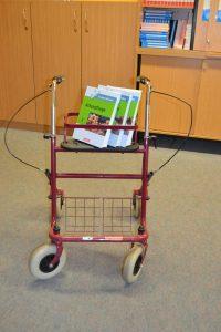 Rollator und Fachbücher der Altenpflege