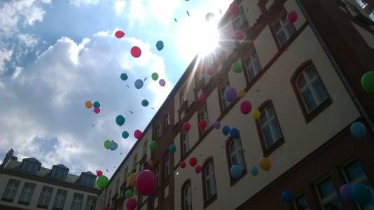 Luftballons starten für Afrika