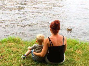Mutter und Sohn zusammen am Wasser