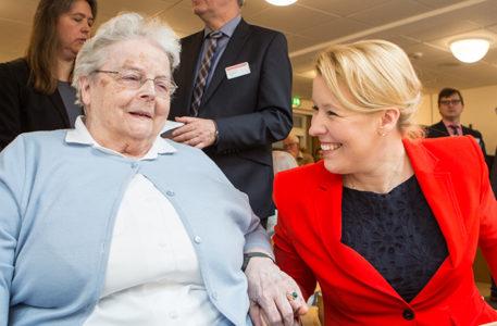Bundesfamilienministerin Franziska Giffey im Gespräch mit einer Seniorin