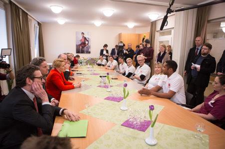 Bundesfamilienministerin Dr. Giffey im Dialog mit Altenpflegeschülern der Caritas Altenhilfe