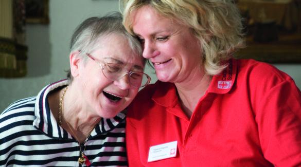 Caritas-Pflegerin mit Seniorin