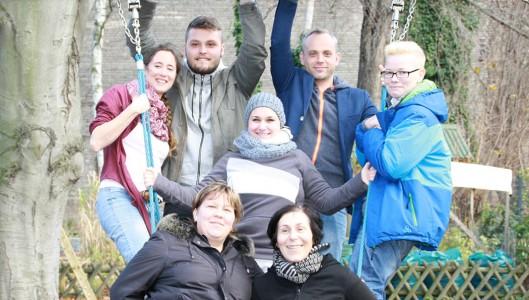 Die sieben Berliner Azubis der Caritas Altenhilfe und Autoren dieses Blogs posieren für ein Gruppenfoto.